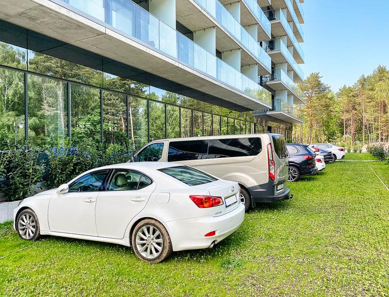 zielony parking hotelowy z eko kratki geoSYSTEM