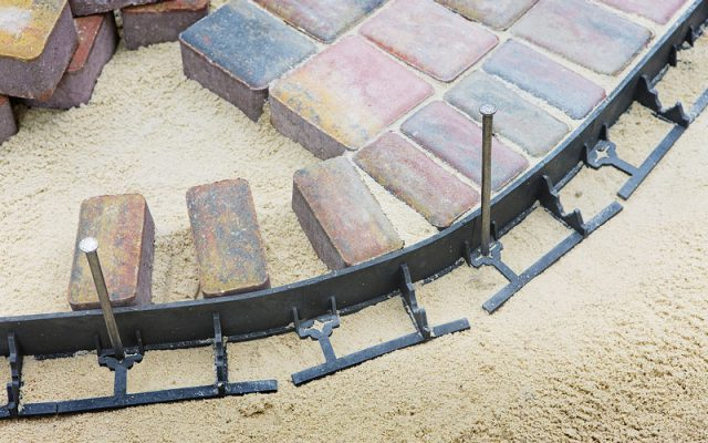 Installation edges at the paving stones
