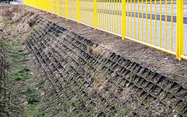 Permeable ditch with an eco grid
